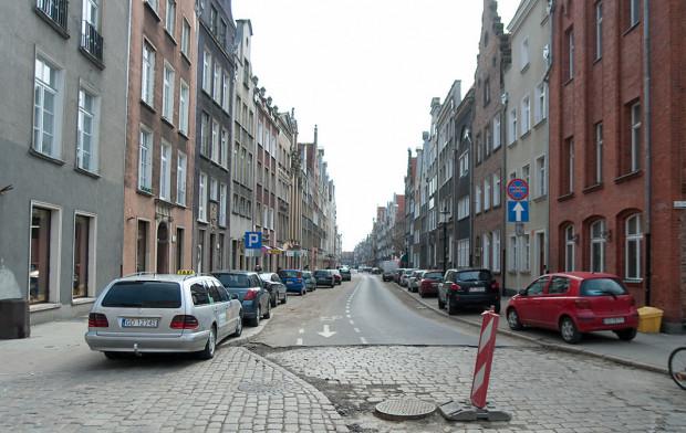 Na ul. Ogarnej planowano modernizację chodnika wraz z modernizacją nawierzchni jezdni. Na przeszkodzie stanął historyczny bruk.