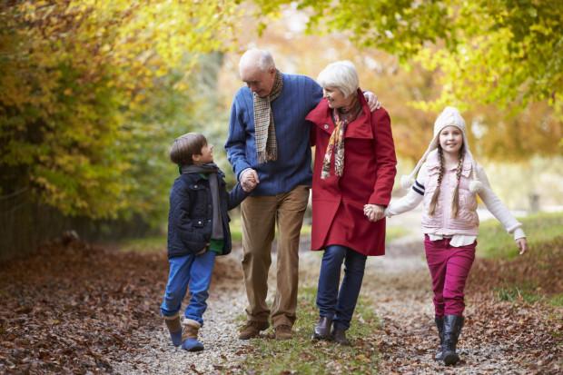 Jeśli wasi seniorzy należą do aktywnych, to na pewno dadzą się namówić na długi zimowy spacer.