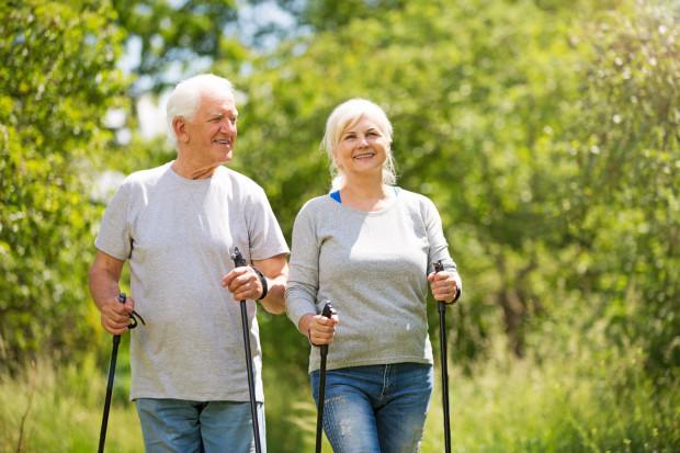 Coraz popularniejsze i lubiane przez seniorów są spacery z kijkami nordic walking - może zatem namówicie babcię i dziadka na taki rodzaj aktywności.