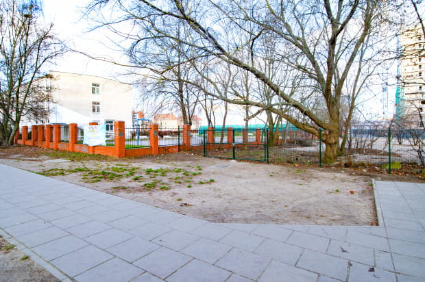 Według radnego dzielnicy Oliwa, bliskie sąsiedztwo nowej drogi ze szkołą podstawową utrudni życie uczniom.