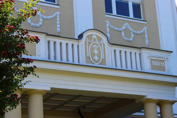 Detal na głównym budynku Uniwersyteckiego Centrum Klinicznego.