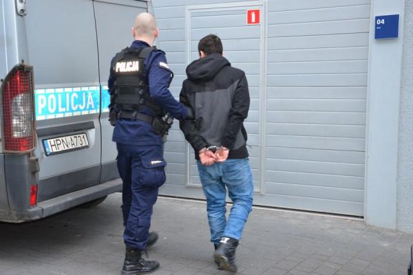 33-latek odpowie za cztery kradzieże oraz jedną kradzież z włamaniem.