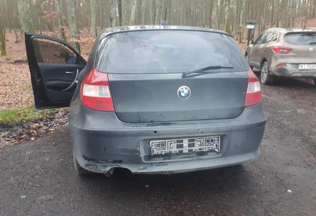 Czarne BMW serii 1 to z kolei samochód należący do naszej czytelniczki, poszkodowanej w kolizji.