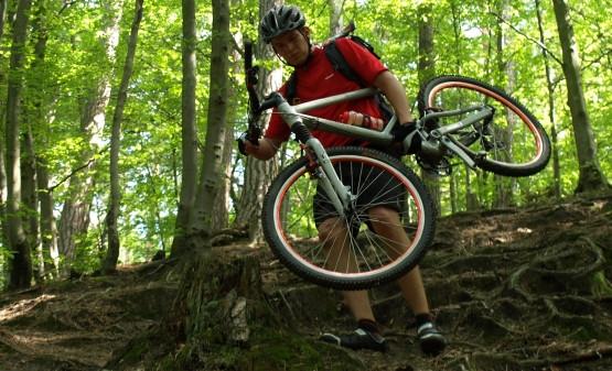 Niektóre odcinki szlaku są nieprzejezdne i rower trzeba nieść.