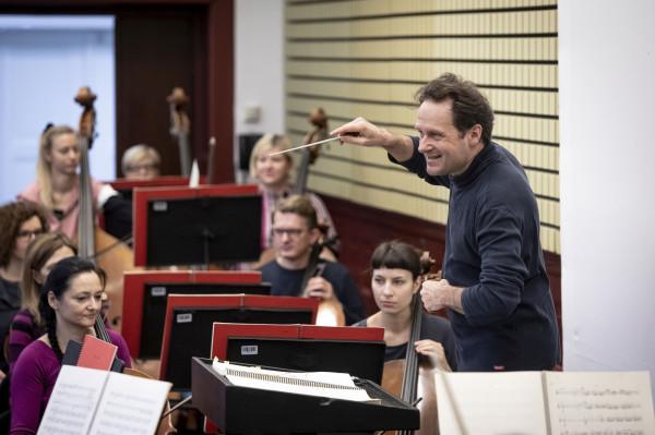 """Massimiliano Caldi podczas próby do """"Don Bucefalo"""". Premiera 31 stycznia, kolejne spektakle 1 i 2 oraz 14, 15 i 16 lutego."""