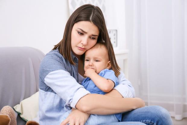 Mimo wiedzy dotyczącej negatywnych konsekwencji depresji poporodowej choroba ta wciąż pozostaje prywatną sprawą matki i jej rodziny.