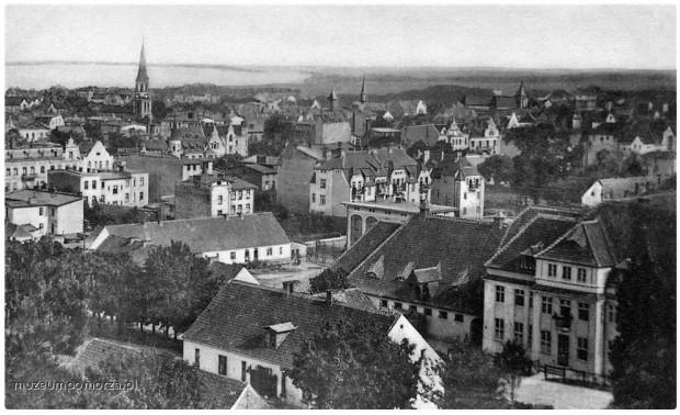 Widok z Królewskiego Wzgórza (Königshöhe) na zabudowany już górny Sopot. Pokaźny budynek na pierwszym planie to dawna ujeżdżalnia koni, wzniesiona w 1909 r. według projektu Adolfa Bielefeldta; dzisiaj - Urząd Skarbowy. Ok. 1920 r.