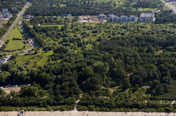 Pomysł zabudowy fragmentu pasa nadmorskiego w Brzeźnie nie jest nowy. Dyskusje nad nim trwają już od wielu lat, ale po raz pierwszy nabrały tak szczegółowych ustaleń. Po lewej widoczna pętla Brzeźno Plaża. Zdjęcie z 2011 r.
