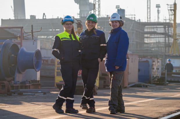 Kobiety w stoczni są i były zawsze, ale  głównie  w księgowości, kadrach i oczywiście w halach jako suwnicowe. Dziś jednak coraz częściej sięgają po stanowiska inżynierskie.