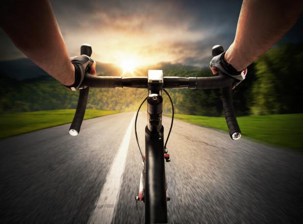 Warto przejrzeć posezonowe wyprzedaże, żeby zmniejszyć wydatek na rower szosowy.