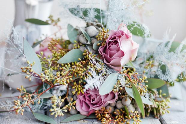 Nowoczesne bukiety w dużym formacie są ciekawą alternatywą dla dobrze znanych bukietów z samych róż, najczęściej czerwonych.