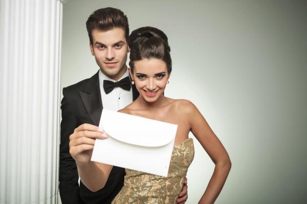 Wskazówki na temat, jaki strój na daną okazję będzie najbardziej optymalny, szukać należy na zaproszeniu - w jego prawym dolnym rogu powinien się znaleźć wymagany dress code.