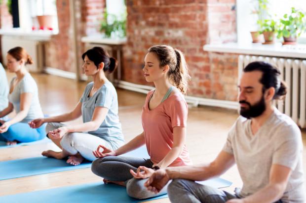 Zajęcia mindfulness i medytacji pomagają obniżyć poziom odczuwanego stresu.