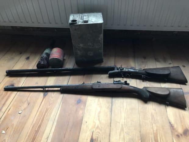 Strzelby, które odnaleziono podczas remontu mieszkania w kamienicy przy ul. Świerkowej w Orłowie.