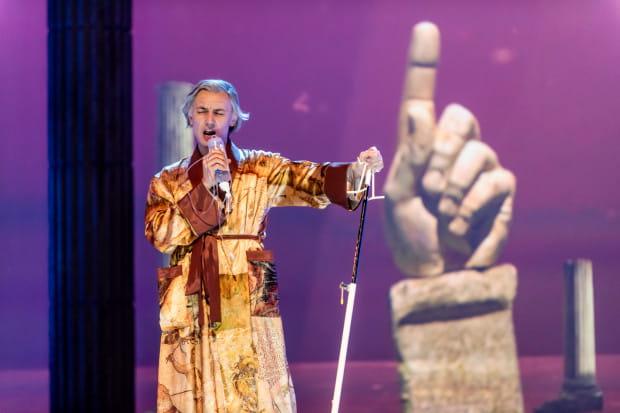Tytułową partię świetnie gra Artur Janda, którego Don Bucefalo to kreacja kompletna. Trudna scena tworzenia opery zagrana jest przez Jandę koncertowo.