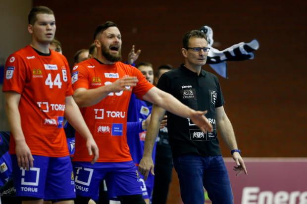 Krzysztof Kisiel (z prawej) przez większą część meczu z faworyzowanym Górnikiem Zabrze mógł być zadowolony ze swoich piłkarzy. Najwięcej bramek dla Tourus Wybrzeże zdobyli: Kamil Adamczyk (nr 44) i Mateusz Wróbel (w środku).