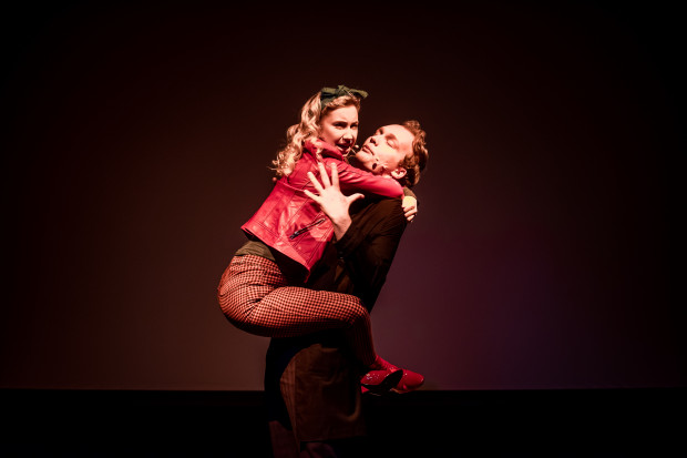 """Na scenie w każdej odsłonie obserwujemy dwoje aktorów - Darię Krzyżaniak i Kacpra Gadułę-Zawratyńskiego. Na zdjęciu w trakcie """"Spacerku przed snem""""."""