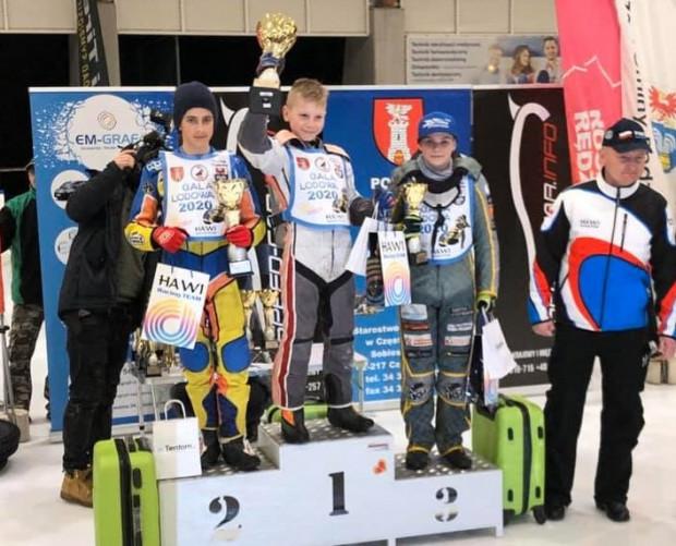 Antoni Kawczyński (na najwyższym stopniu podium) został pierwszym w historii mistrzem Polski w miniżużlu na lodzie.