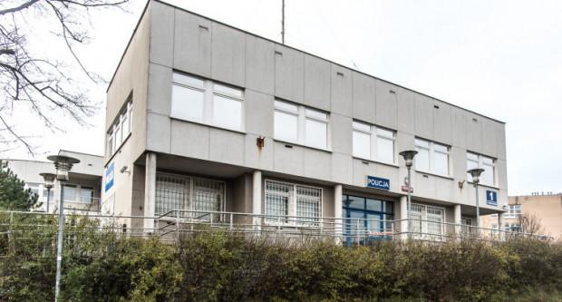 Komisariat Karwiny nadal pozostaje zamknięty. Policjantów z jednostki trzeba szukać w Redłowie.