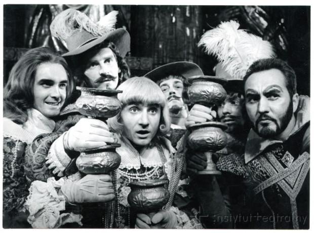 """Prapremiera """"Tragedii o bogaczu i Łazarzu z Pisma Świętego wyjętej"""" odbyła się 7 września 1968 r. na scenie Teatru Wybrzeże. Spektakl uznano za doniosłe wydarzenie artystyczne, sam zaś utwór - za odkrycie teatralne w kraju."""