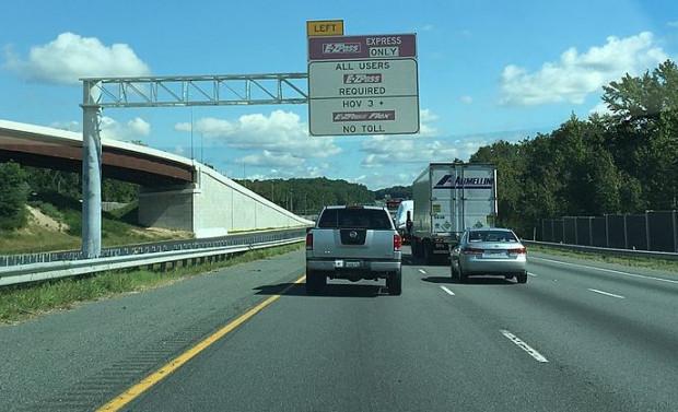 """Oznaczenie """"HOV 3+"""" oznacza pas dla samochodów z co najmniej trzema osobami (ang. high occupancy vehicle). Zdjęcie z autostrady w Wirginii (USA)."""