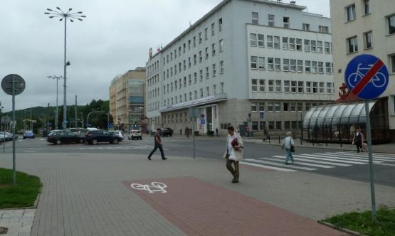 Urząd Miasta Gdyni - od tej strony także nie można dojechać do UM. Wystarczałoby parę metrów drogi rowerowej i dodatkowo przejazd przez jezdnię umożliwiający włączenie się do ruchu.