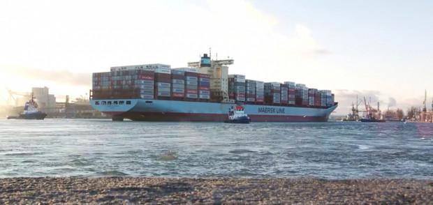 """Kontenerowiec """"Charlotte Maersk"""" wpłynął do gdyńskiego portu i precyzyjnie zacumował dzięki systemowi RTK."""