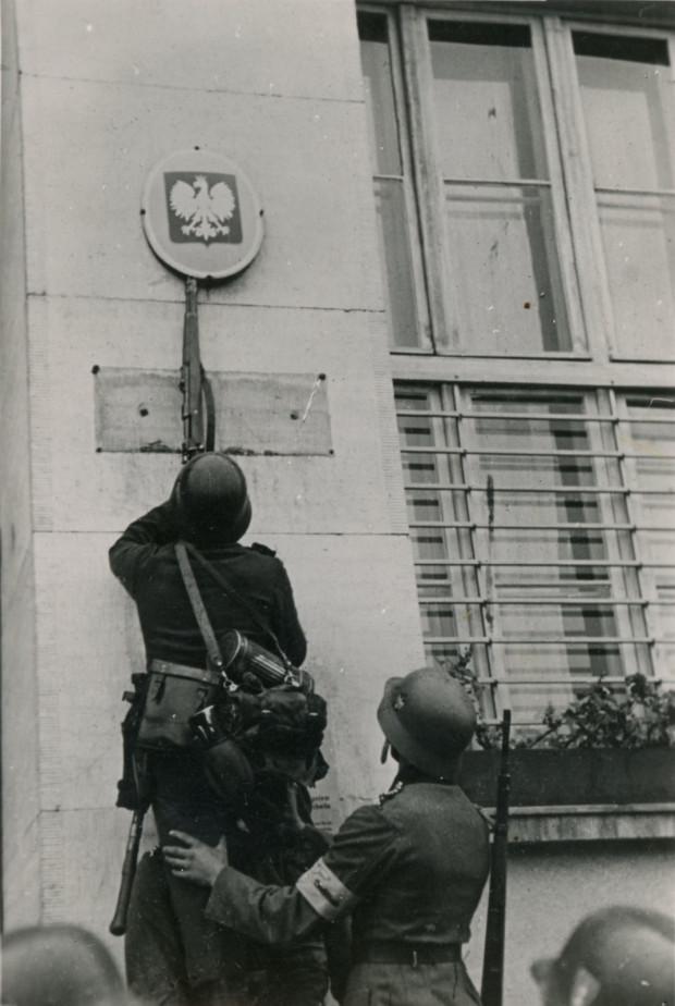 Żołnierze niemieccy zrywają polskie godło z gmachu poczty w Gdyni, 14.09.1939 (zbiory Muzeum Miasta Gdyni)
