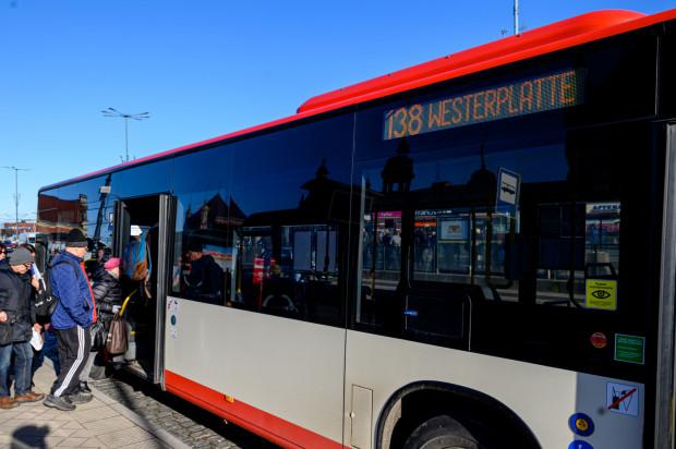Pasażerowie korzystający z linii w weekendy narzekają na tłok i ścisk w - zbyt małych ich zdaniem - pojazdach.