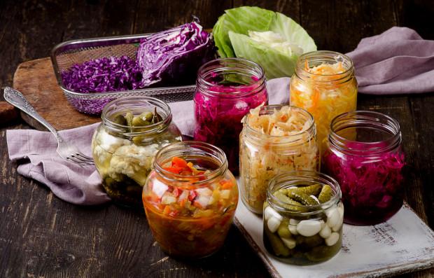 Naturalnie występujące dobroczynne bakterie i drożdże znajdziemy przede wszystkim w żywności fermentowanej, a zatem kiszonkach, jogurcie, kefirze, zakwasie, kambuchy, tempehu i natto.