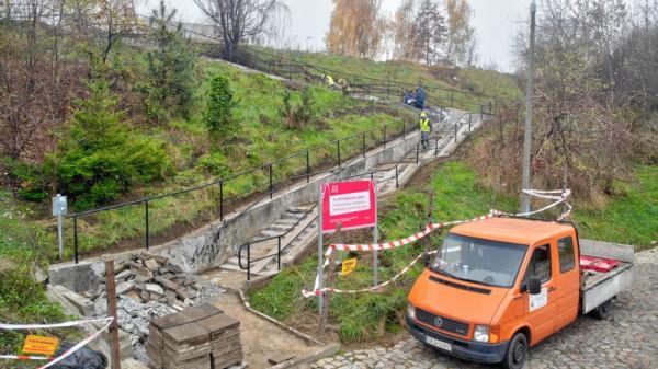 W listopadzie 2019 r. na terenie budowy realizowano prace rozbiórkowe polegające na wyburzaniu schodów i demontażu płyt chodnikowych.
