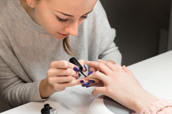 Dobrej jakości lakiery hybrydowe są jednym z czynników wpływających na jakość naturalnej płytki paznokcia.