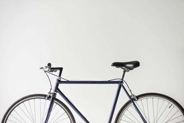Odpowiednia rama rowerowa to nie tylko kwestie estetyczne, ale także ogromny wpływ na nasz komfort podczas jazdy. Sprawdź, w jaki sposób wybrać odpowiednią dla siebie ramę.