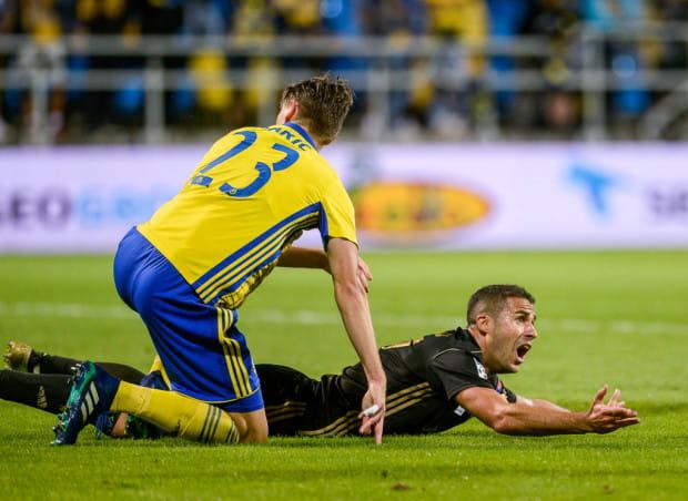 Igor Angulo dopiero w siódmy meczu przeciwko Arce Gdynia strzelił gola, choć w pierwszej połowie nie wykorzystał jeszcze rzutu karnego.