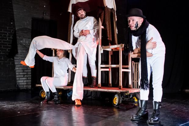 Spektakl jest wyreżyserowany z dużą dozą humoru. Poszczególne epizody - jak wizyta w aptece (na zdjęciu) - mocno zapadają w pamięć.