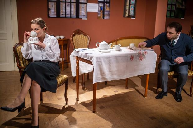 """Sztuka """"Friendly Relations"""" wystawiona przez Maybe Theatre Company w reżyserii Penny Shefton to wycinek z życia rodziny Watsonów. Na zdjęciu Elsie (Paulina Felska) i John (Michał Dałek)."""