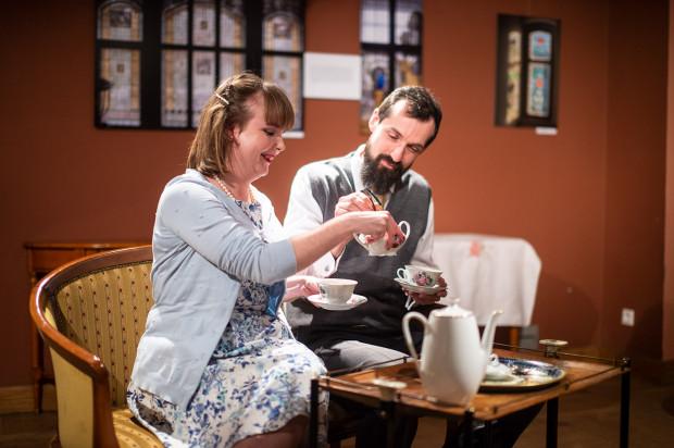 Bohaterowie spektaklu przez cały czas prowadzą konwersacje, z nieodłącznym towarzystwem herbaty. Na zdjęciu Margaret (Aleksandra Kotapska) i Michael (Tomasz Łapiński).