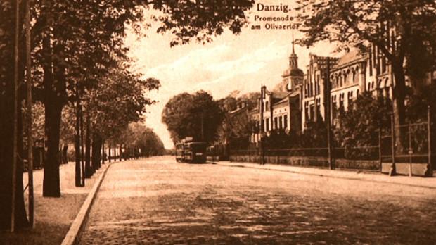 Tak przed wojną wyglądały okolice kościoła pw. Bożego Ciała przy dzisiejszej ul. 3 maja w Gdańsku. W oddali widoczna wieża świątyni.
