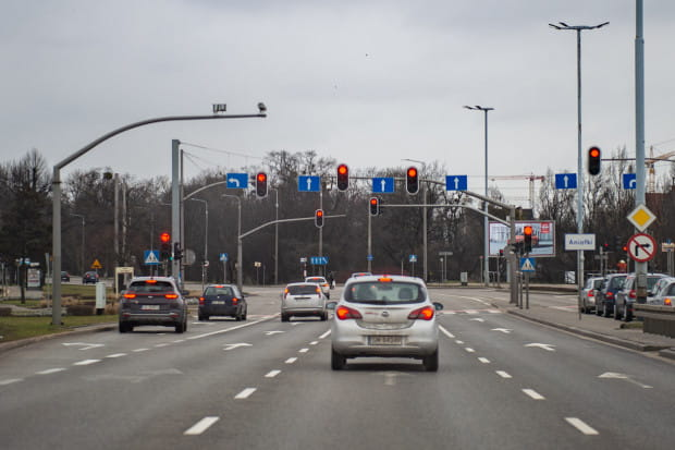 Kilkadziesiąt metrów wcześniej stoją sygnalizatory kierunkowe do jazdy w lewo.