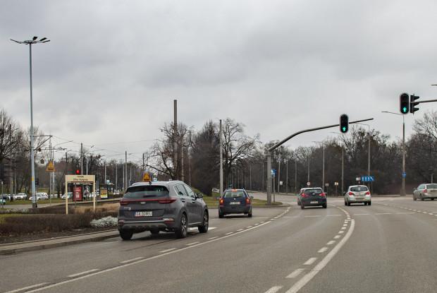 Czytelnicy zastanawiają się, dlaczego przy widocznym lewoskręcie nie ma sygnalizacji świetlnej kierunkowej do jazdy w lewo, a są jedynie kierunkowe sygnalizatory do jazdy prosto.