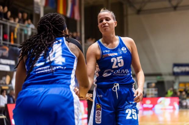 Tierra Ruffin-Pratt (z lewej) i Olga Frolkina poprowadziły AZS UG do pierwszej wygranej w Energa Basket Lidze Kobiet. Beniaminkowi przyszło na to czekać do 18. kolejki. Akademiczki pokonały Wisłę Kraków, która dopiero co wygrała z mistrzem Polski CCC Polkowice.