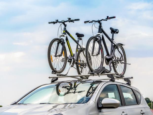 Sposobów na przewiezienie roweru samochodem jest kilka.