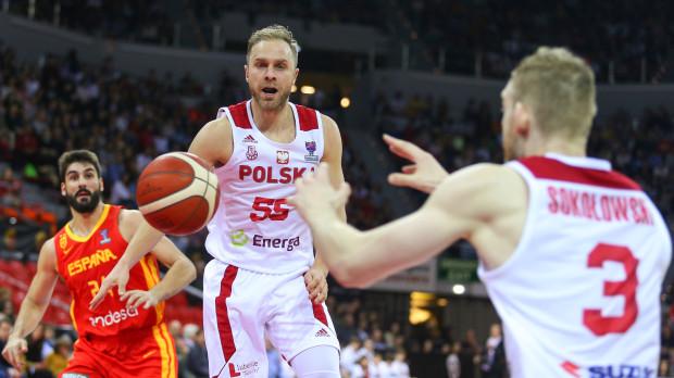 Polscy koszykarze pokonali Hiszpanię po raz pierwszy od 1972 roku. Zwycięstwo może mieć szczególne znaczenie dla Łukasza Koszarka (w środku), który po raz 200. zagrał z orzełkiem na piersi.