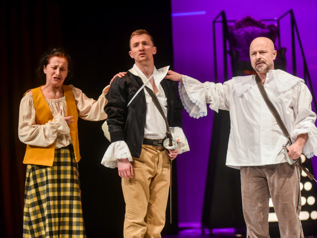 Wysyłaniu dziecka w świat (jak w typowej bajce) towarzyszy kilka zaskakujących, łamiących konwenanse zdarzeń. Na zdjęciu: Elżbieta Mrozińska, Maciej Wizner (w środku) i Bogdan Smagacki.