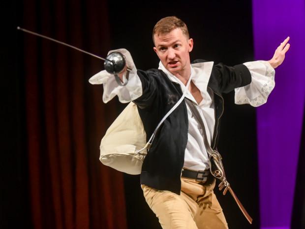 35-letni D'Artagnan (Maciej Wizner) po mężnej decyzji, by opuścić rodzinne gniazdo, ma ręce pełne roboty.