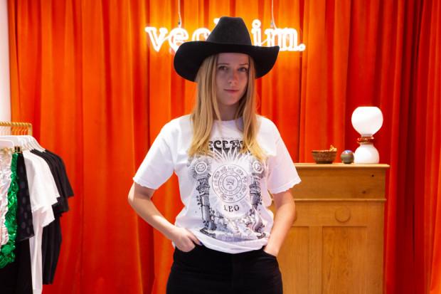 Jessica Mercedes ma 26 lat, jest aktywną blogerką od 2010 roku. Obecnie prowadzi marki: Moiess oraz Veclaim.