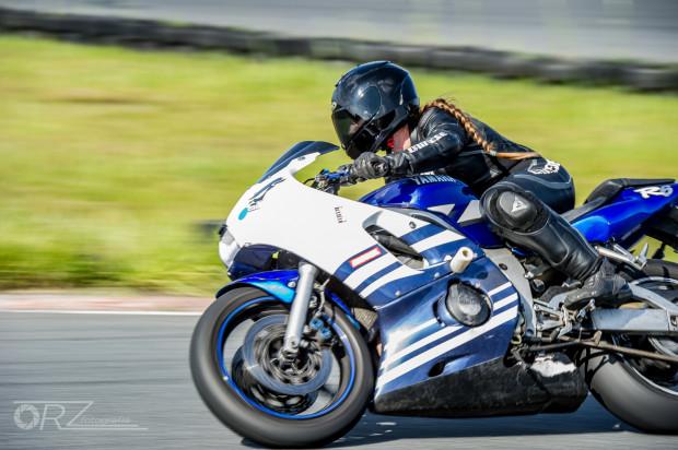 Weź udział w szkoleniu doskonalenia techniki jazdy na motocyklu.