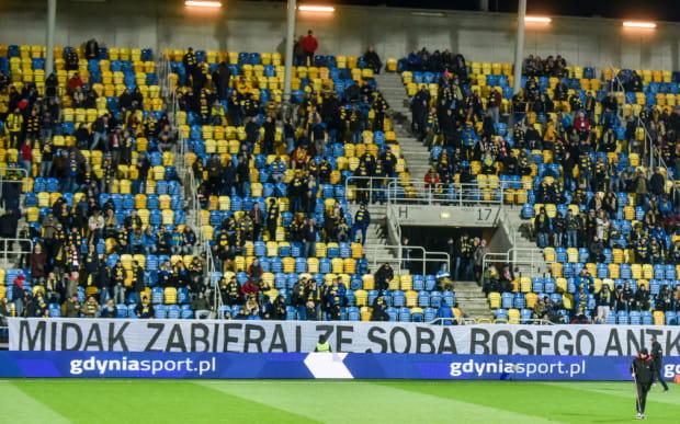 M.in. za ten transparent Arkę Gdynia spotkała kara po meczu na inaugurację wiosny z Cracovią 0:1.