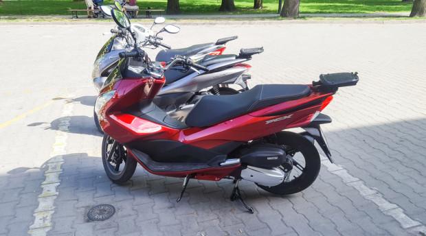 Na jednym miejscu parkingowym potrafi się zmieścić nawet kilka skuterów o pojemności 125 ccm.