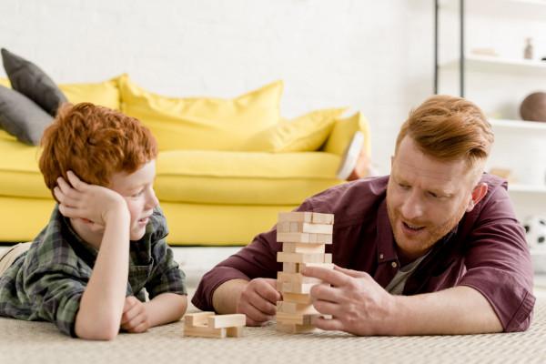 Można się tylko bawić drewnianymi klockami, a teżmożna pójść na warsztaty i od początku do końca zbudować np. skrzynięna zabawki.